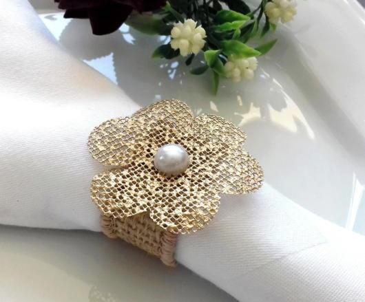 Nesse modelo, há uma flor rústica e uma pérola decorando a juta