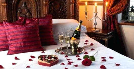 Surpresa para namorada: quarto decorado com chocolate e champagne