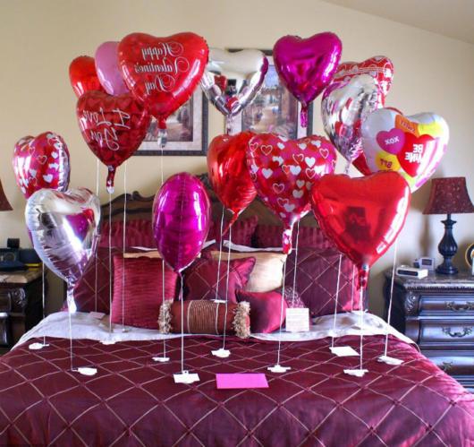 Surpresa para namorada: quarto decorado com balões metalizados