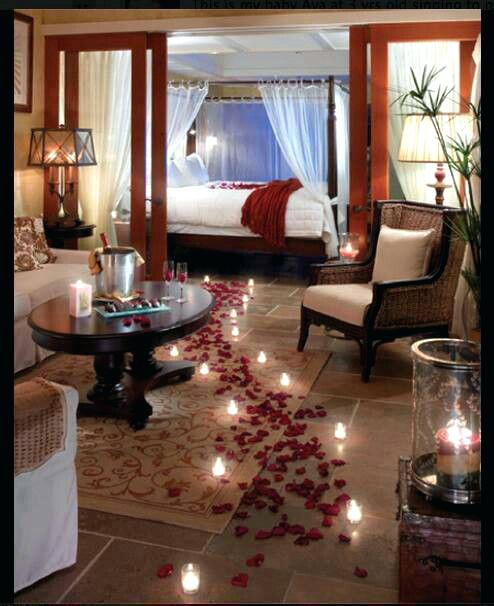 Surpresa para namorada: quarto decorado com pétalas e velas