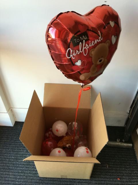 Surpresa para namorada: caixa surpresa com balão metalizado de coração