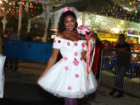 Vestido de festa junina: noiva branco com flores rosas