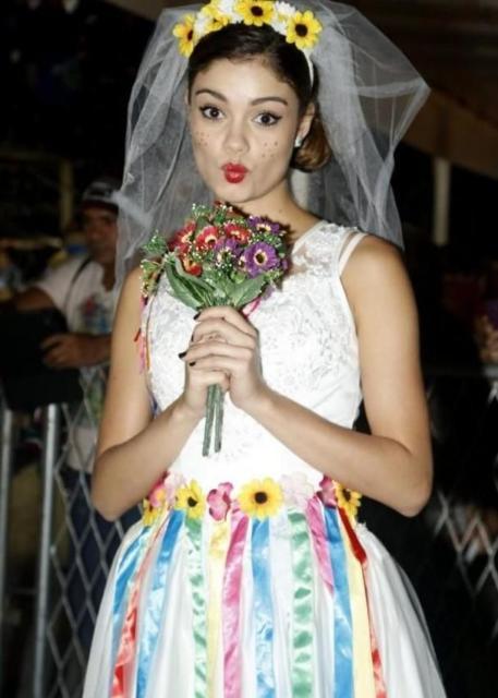 Vestido de festa junina: noiva com fitas coloridas