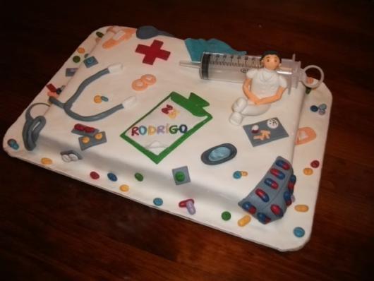 bolo quadrado com elementos de enfermagem