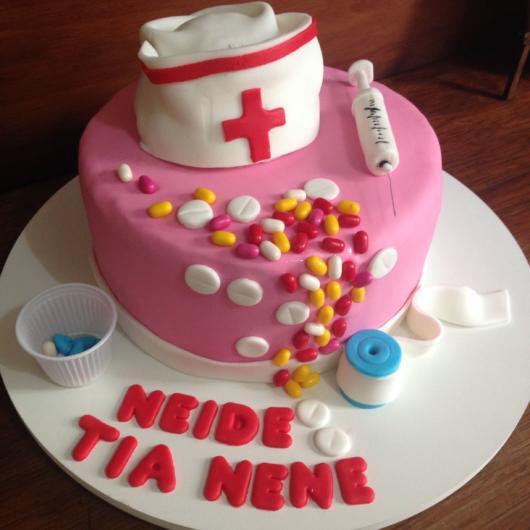 bolo decorado com remédios e seringa