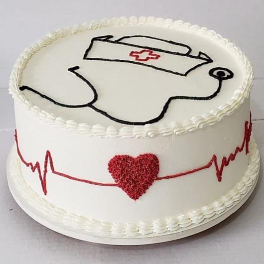 bolo decorado com chantilly para enfermeiros