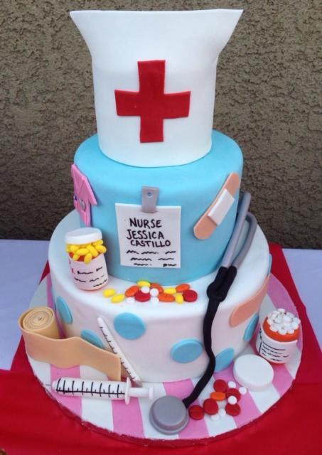três andares de bolo com motivos de enfermagem