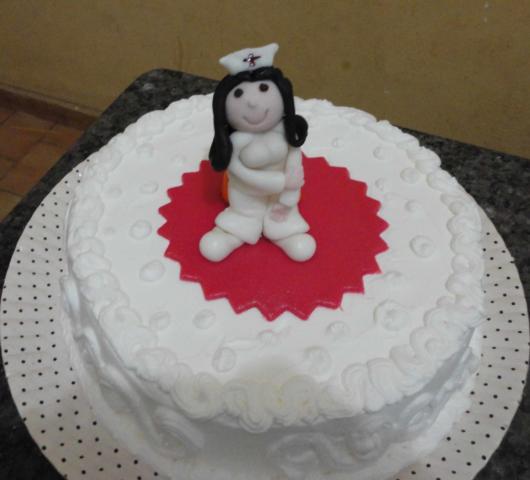 bolo decorado de enfermagem com chantilly