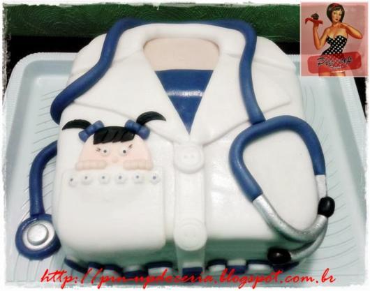 Opção de bolo de jaleco branco com azul