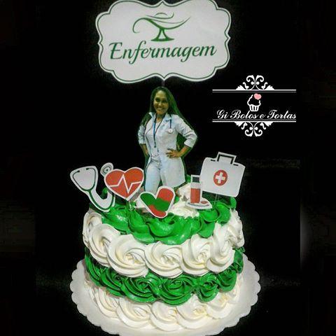 Bolo simples verde e branco para enfermeiros