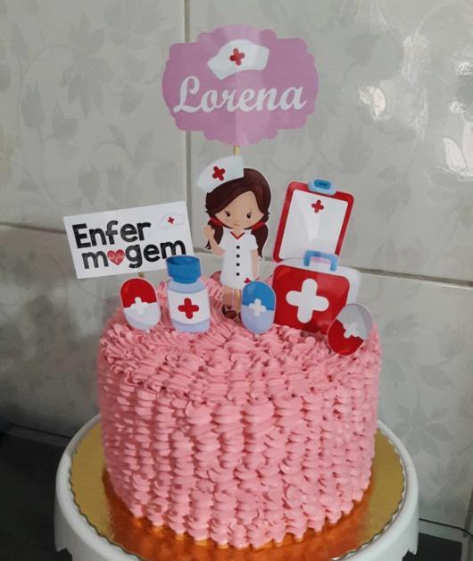 bolo decorado de enfermagem com chantilly rosa