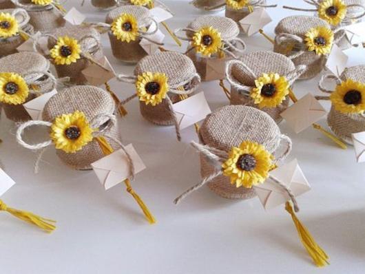 Potinhos decorados com girassol na tampa
