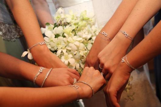 foto com madrinhas e pulseiras