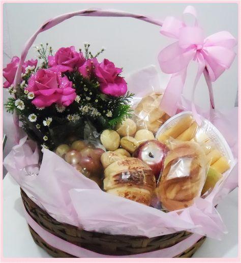 cesta de café da manhã com flores