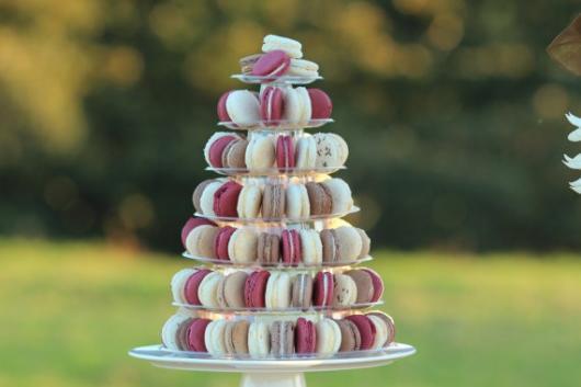 Torre de macarons rosa, branca e nude, com os recheios para fora.