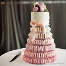 Torre de Macarons degradê com bolo na parte de cima