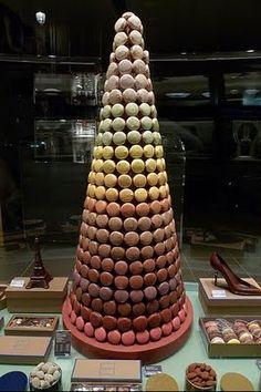 Torre de macarons com a massa virada para fora.