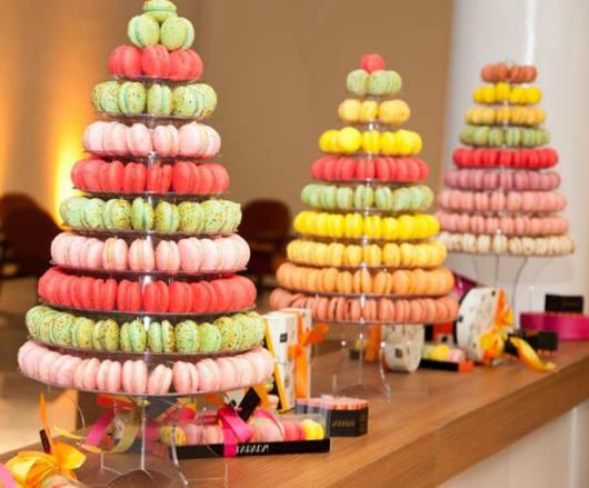 Torres de Macarons com fileiras cada uma de uma cor
