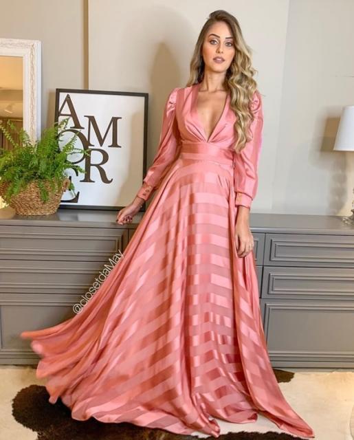 Veja modelo super diferente de vestido rosa para madrinha
