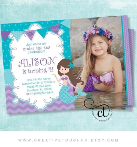 Convite com foto da aniversariante vestida de Pequena Sereia.