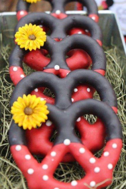 Pretzel decorado com cores da Minnie.