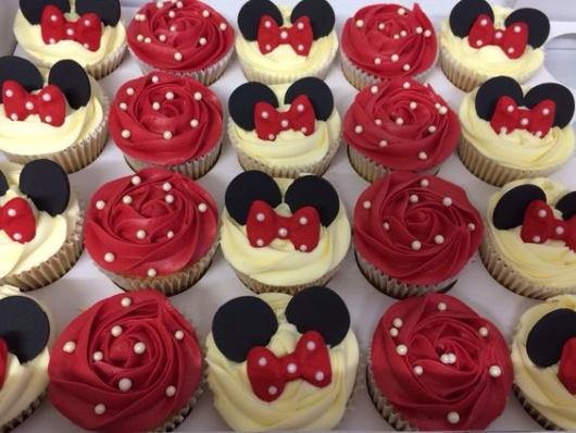 Cupcakes vermelhos e brancos.