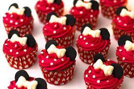 Cupcake com cobertura vermelha.