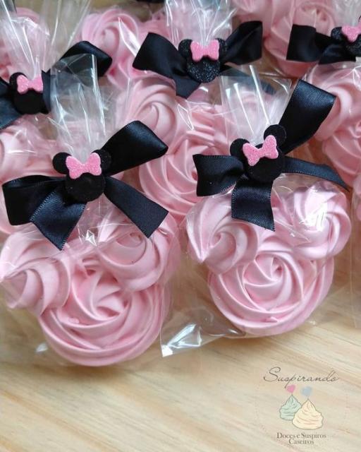 Suspiros rosas com formato da Minnie.