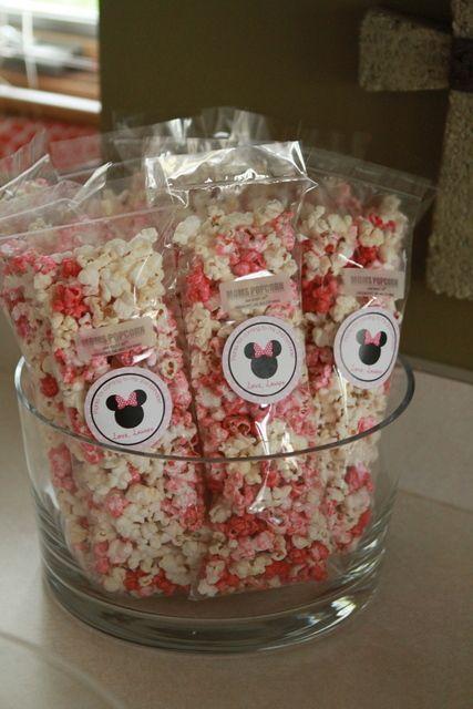 Pacotes de pipoca doce com adesivo da Minnie.