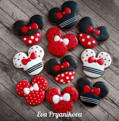 Biscoitos em formato de Minnie com coberturas brancas, pretas e vermelhas.
