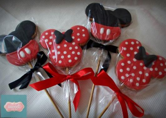 Biscoito em palito com formato da Minnie.