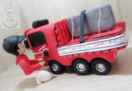 Você pode usar moldes de biscuit para decorar o bolo de caminhão