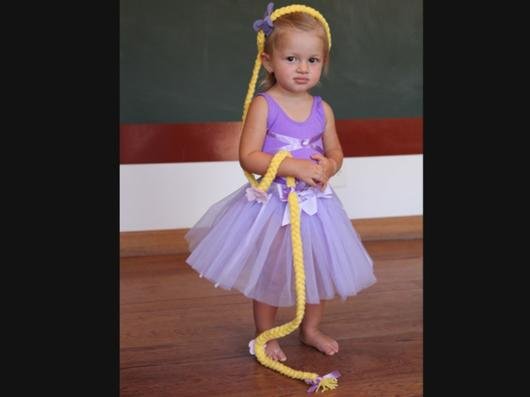 Vestido lilás de rapunzel simples, o detalhe é a trança gigante.