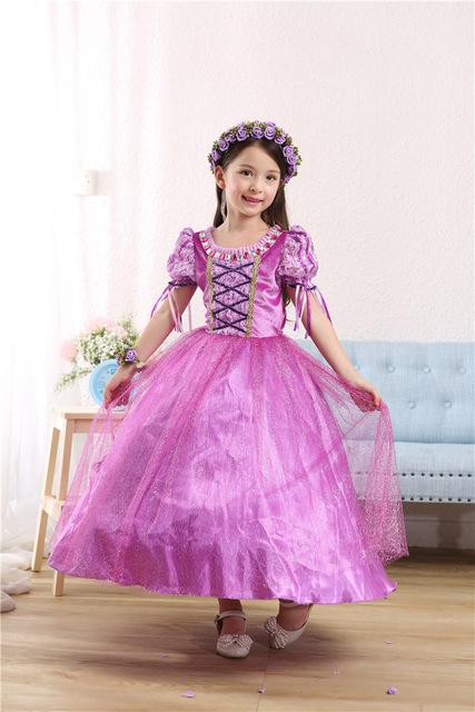 Fantasia Rapunzel toda rosa, apenas com detalhes em lilás, e sem manga.