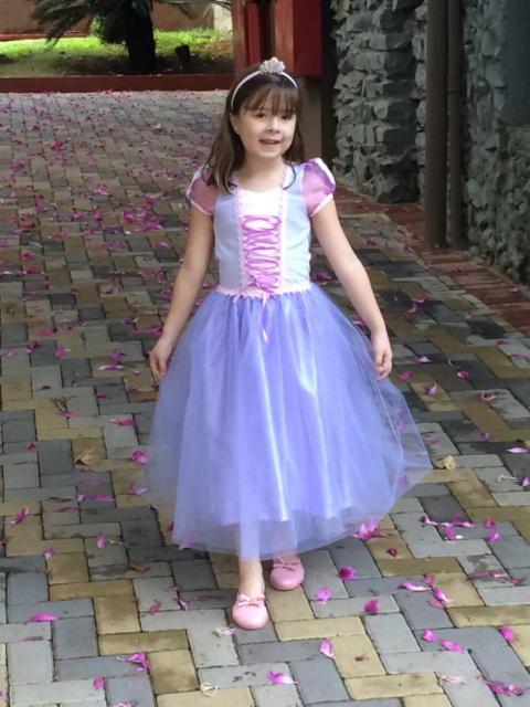 Vestido Rapunzel azul com detalhes em Rosa.