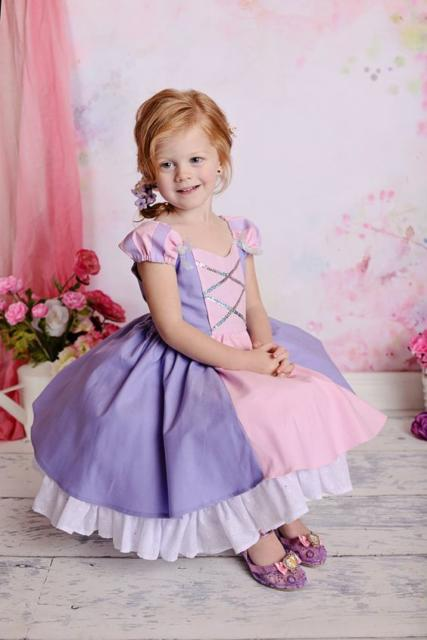 Vestido simples, lilás e rosa.