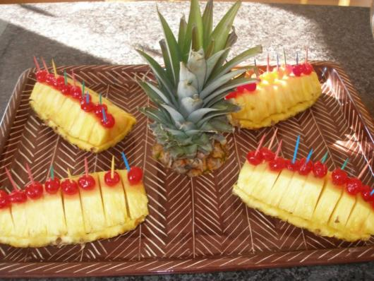 Mesa decorada com abacaxis frescos