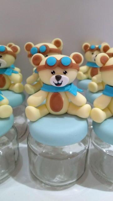 Lembrancinha com ursinho de biscuit.