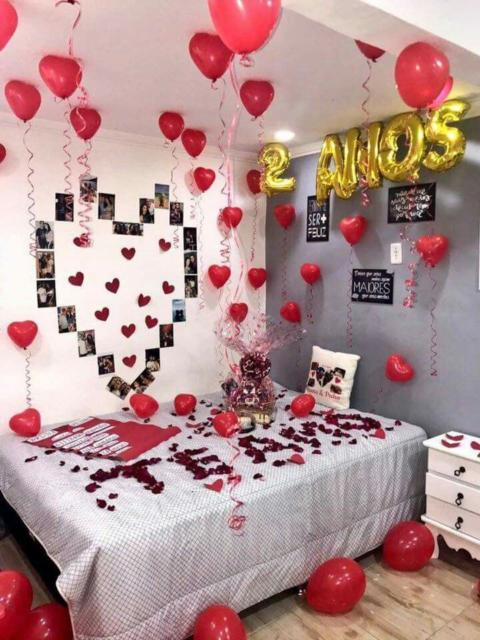 Quarto decorado com balões para aniversário de namoro
