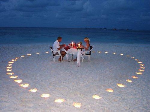 Jantar na praia em aniversário de namoro