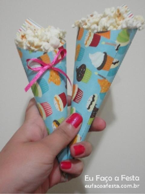 Cone de papel com estampa de doces