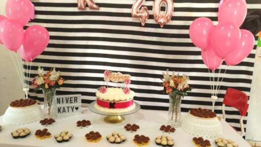 Festa 40 anos: decoração simples com com painel listrado