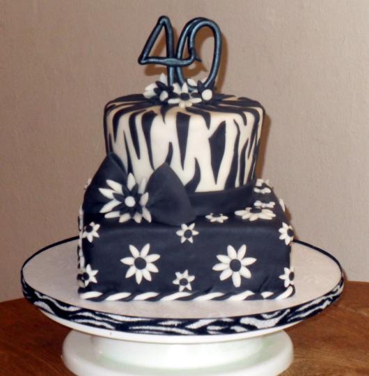 Festa 40 anos masculina: Bolo preto e branco