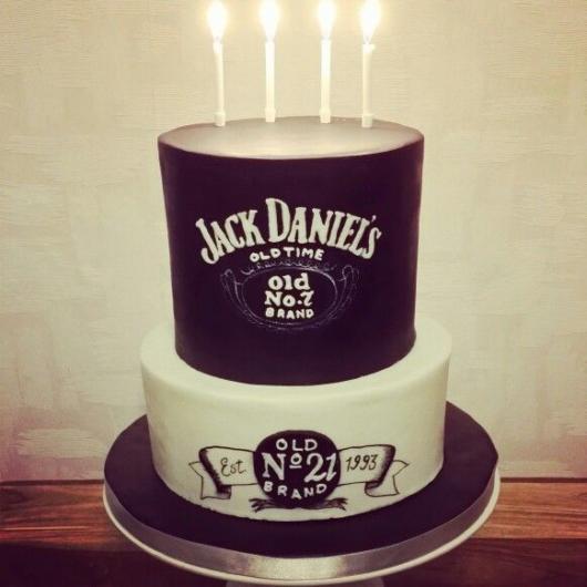Festa 40 anos masculina: Bolo Jack Daniels