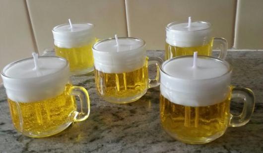 Lembrancinha de vela em formato de cerveja