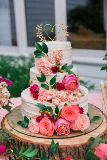 Bolo de casamento rústico com flores