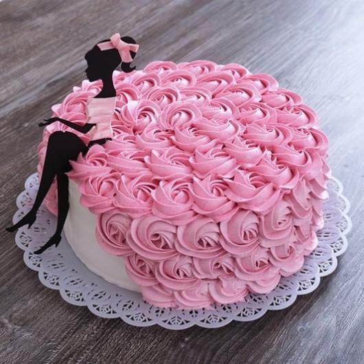 bolo com desenho de garota.
