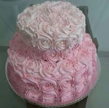 Bolo rosa com degradê rosa claro.