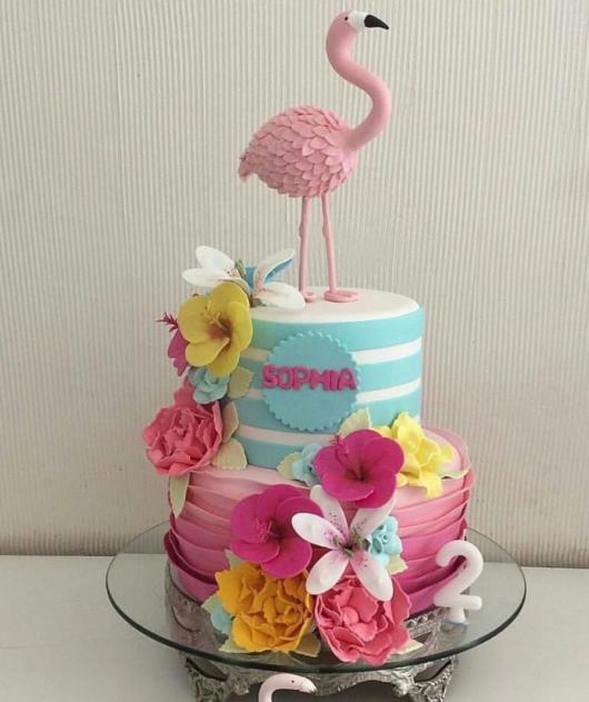Bolo pool party com flamingos.