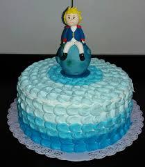 Bolo príncipe com tons de azul.